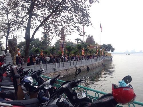 Hàng trăm người đi lễ ở Hà Nội trong ngày làm việc đầu tiên - Ảnh 2