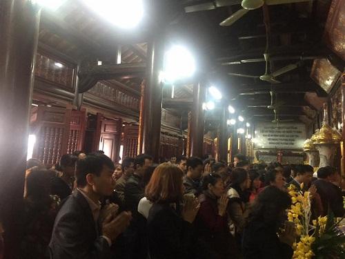 Hàng trăm người đi lễ ở Hà Nội trong ngày làm việc đầu tiên - Ảnh 11