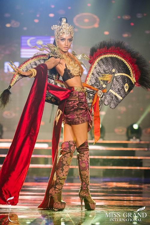 """Chuyện hy hữu: BTC """"Miss Grand International"""" công bố nhầm Top 1 bình chọn Trang phục dân tộc giữa Việt Nam và Indonesia - Ảnh 12"""