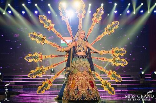 """Chuyện hy hữu: BTC """"Miss Grand International"""" công bố nhầm Top 1 bình chọn Trang phục dân tộc giữa Việt Nam và Indonesia - Ảnh 17"""