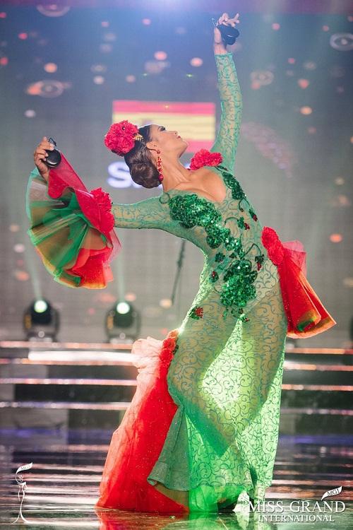 """Chuyện hy hữu: BTC """"Miss Grand International"""" công bố nhầm Top 1 bình chọn Trang phục dân tộc giữa Việt Nam và Indonesia - Ảnh 20"""