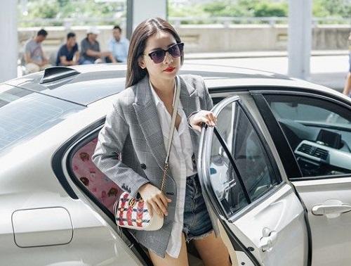 """Sau scandal hát dở, Chi Pu đi xế hộp 2 tỷ, diện """"cây"""" hàng hiệu ra sân bay sang Mỹ dự sự kiện - Ảnh 1"""