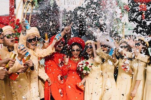"""Xuất hiện trong đám cưới, cặp đôi xứ Huế và dàn bê lễ khiến khách mời choáng váng vì """"ngầu"""" và """"lầy lội"""" - Ảnh 1"""