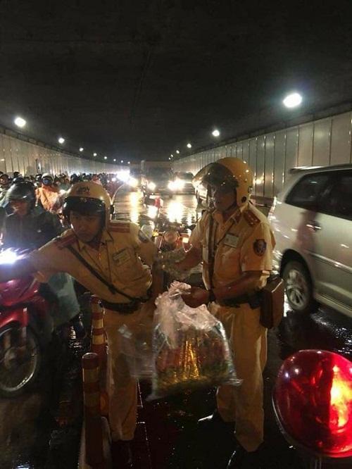 Hai chiến sĩ CSGT phát áo mưa miễn phí cho người dân trong hầm Thủ Thiêm vào đêm Trung thu - Ảnh 2