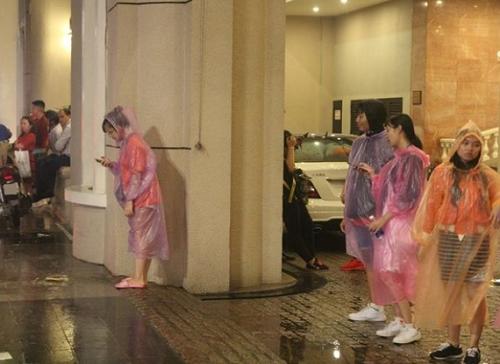 """Mưa lớn đêm Trung thu, khách sạn, nhà nghỉ tại Hà Nội, TP HCM đồng loạt """"hết phòng"""" - Ảnh 2"""