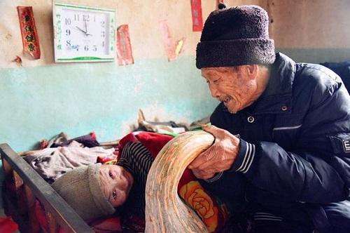 Xót xa cảnh người đàn ông suốt 56 năm chăm sóc bạn đời bị liệt toàn thân - Ảnh 2