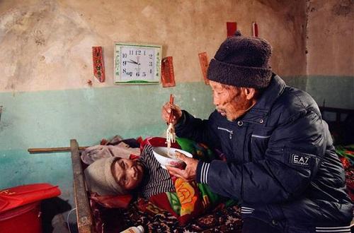 Xót xa cảnh người đàn ông suốt 56 năm chăm sóc bạn đời bị liệt toàn thân - Ảnh 4