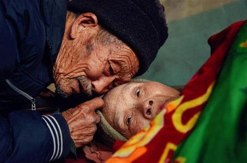 Xót xa cảnh người đàn ông suốt 56 năm chăm sóc bạn đời bị liệt toàn thân - Ảnh 1