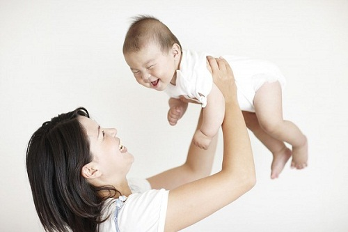 Mối nguy hại ẩn chứa khi bố mẹ đung đưa, rung lắc khi trẻ sơ sinh khóc - Ảnh 1