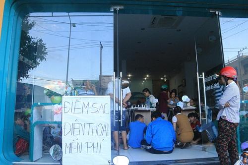 Trung tâm điện máy mở cửa, cho người dân sạc điện thoại miễn phí sau cơn bão số 12 - Ảnh 2