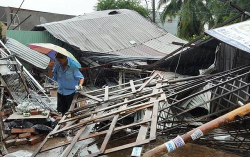 Trung tâm điện máy mở cửa, cho người dân sạc điện thoại miễn phí sau cơn bão số 12 - Ảnh 4