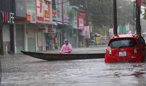 Trung tâm điện máy mở cửa, cho người dân sạc điện thoại miễn phí sau cơn bão số 12 - Ảnh 5