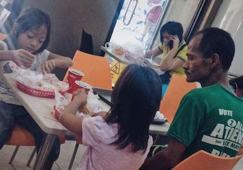 Cái kết của người cha nghèo mặc đồ rách dẫn 2 đứa con gái đi ăn gà rán - Ảnh 1