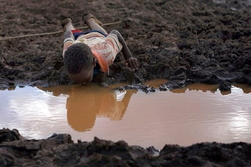 Những khoảnh khắc về cảnh thiếu nước ám ảnh hàng triệu người - Ảnh 3