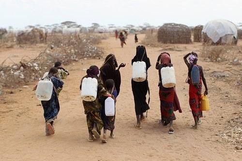 Những khoảnh khắc về cảnh thiếu nước ám ảnh hàng triệu người - Ảnh 12