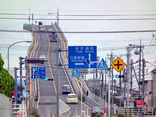 Thót tim với độ dốc thẳng đứng của cây cầu không khác gì tàu lượn siêu tốc - Ảnh 2