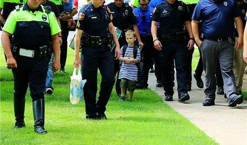 Sự thật phía sau hình ảnh bé 4 tuổi đi khai giảng, 18 nhân viên cảnh sát âm thầm theo sau - Ảnh 2
