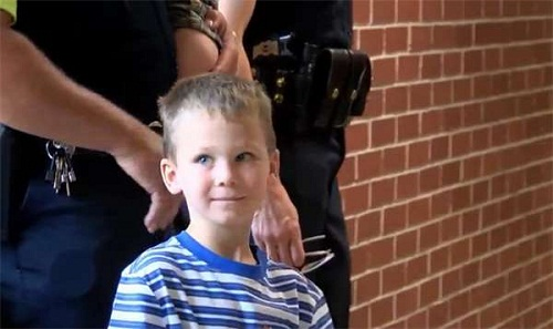 Sự thật phía sau hình ảnh bé 4 tuổi đi khai giảng, 18 nhân viên cảnh sát âm thầm theo sau - Ảnh 1