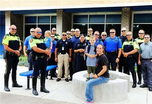 Sự thật phía sau hình ảnh bé 4 tuổi đi khai giảng, 18 nhân viên cảnh sát âm thầm theo sau - Ảnh 3