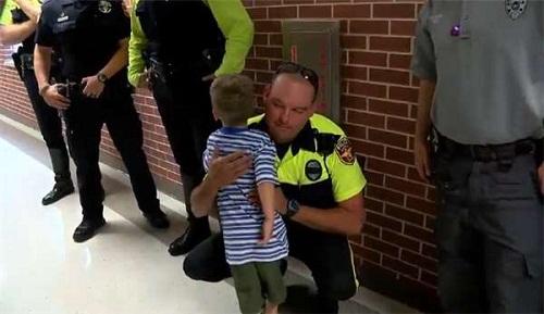 Sự thật phía sau hình ảnh bé 4 tuổi đi khai giảng, 18 nhân viên cảnh sát âm thầm theo sau - Ảnh 4
