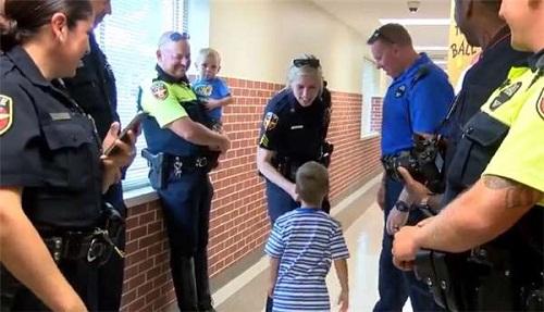 Sự thật phía sau hình ảnh bé 4 tuổi đi khai giảng, 18 nhân viên cảnh sát âm thầm theo sau - Ảnh 5