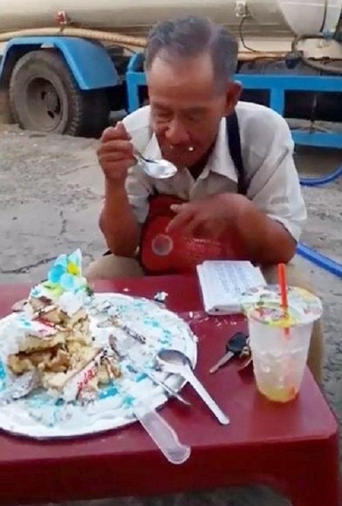 Xúc động hình ảnh cụ ông bán vé số ngồi ăn chiếc bánh sinh nhật dở dang - Ảnh 1