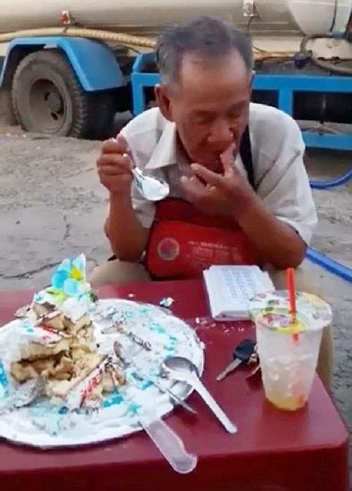 Xúc động hình ảnh cụ ông bán vé số ngồi ăn chiếc bánh sinh nhật dở dang - Ảnh 2