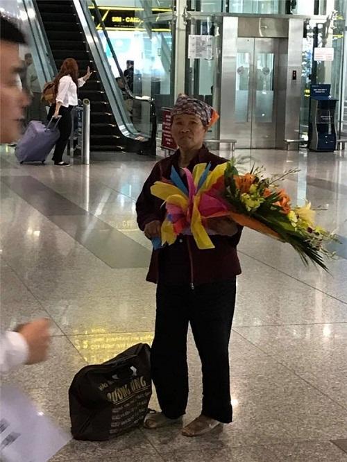 Rơi nước mắt với hình ảnh mẹ nghèo mua bó hoa 500 nghìn chờ tặng con ở sân bay - Ảnh 2