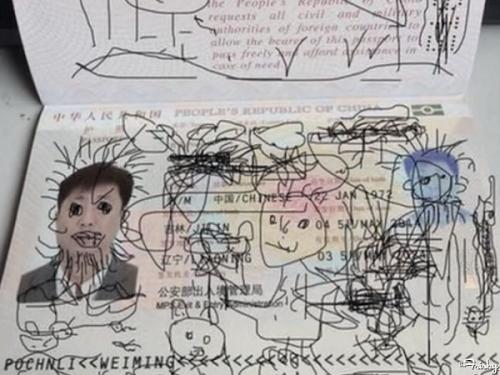 """Ông bố """"dở khóc dở cười"""" hoãn chuyến bay chỉ vì trò nghịch dại của cậu con trai - Ảnh 2"""