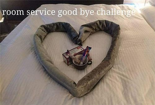 Cô phục vụ phòng òa khóc vì món quà bất ngờ của vị khách lưu trú  kỳ lạ - Ảnh 16