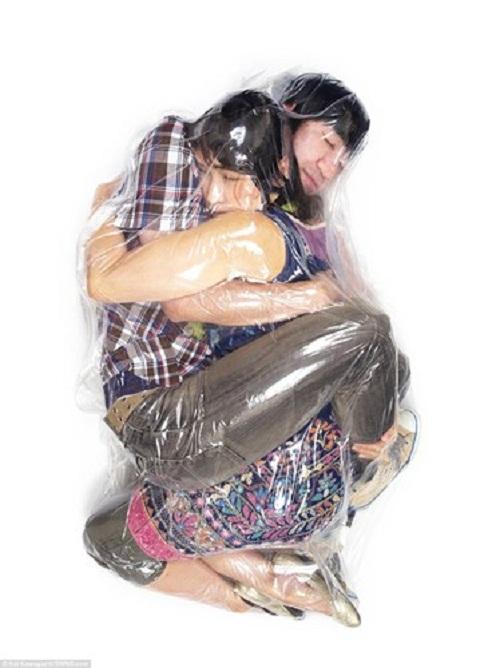 Bộ ảnh cưới độc - lạ và mạo hiểm của cặp đôi ôm nhau trong túi ni lông rút hết oxy - Ảnh 2