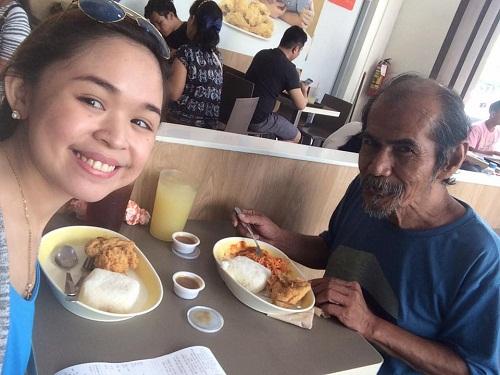 Cô gái trẻ mời ông lão lang thang ăn bữa trưa và bài học khiến bạn suy ngẫm - Ảnh 1