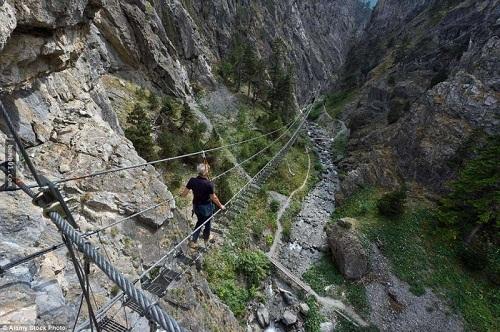 """Những cây cầu nguy hiểm nhất hành tinh khiến bạn phải """"chùn bước"""" - Ảnh 13"""