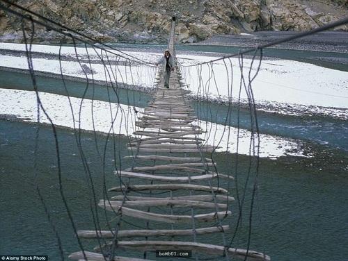 """Những cây cầu nguy hiểm nhất hành tinh khiến bạn phải """"chùn bước"""" - Ảnh 7"""