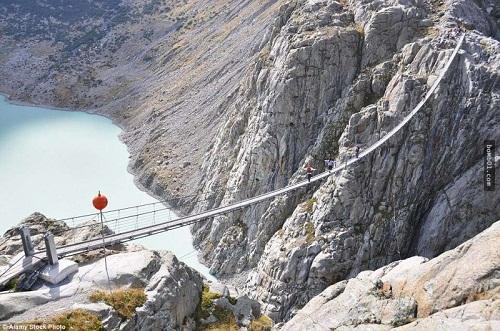 """Những cây cầu nguy hiểm nhất hành tinh khiến bạn phải """"chùn bước"""" - Ảnh 1"""