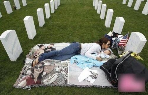 Sự thật hình ảnh cô gái ôm con đỏ hỏn ra nghĩa trang ngủ suốt 3 năm - Ảnh 1