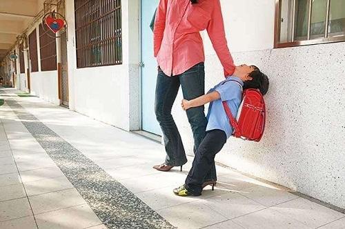 Con giả vờ đau đầu để nghỉ học, mẹ tức giận không tin cho đến khi phát hiện ra sự thật - Ảnh 1