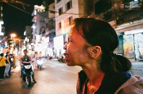 Người mẹ ngậm dầu phun lửa mỗi đêm ở phố Tây Bùi Viện để kiếm tiền nuôi 2 con ăn học - Ảnh 11