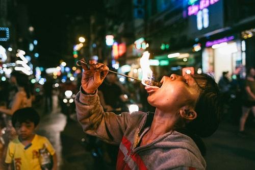 Người mẹ ngậm dầu phun lửa mỗi đêm ở phố Tây Bùi Viện để kiếm tiền nuôi 2 con ăn học - Ảnh 12