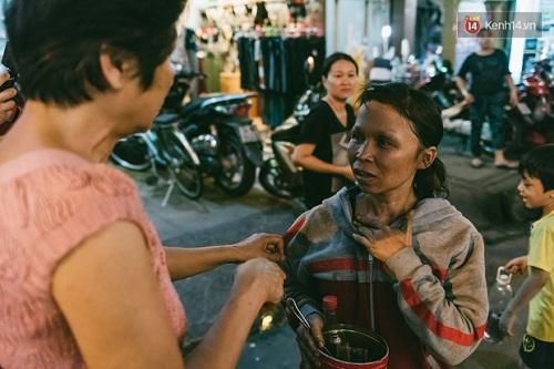 Người mẹ ngậm dầu phun lửa mỗi đêm ở phố Tây Bùi Viện để kiếm tiền nuôi 2 con ăn học - Ảnh 15