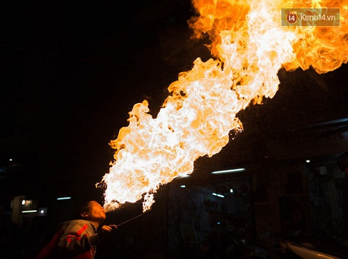 Người mẹ ngậm dầu phun lửa mỗi đêm ở phố Tây Bùi Viện để kiếm tiền nuôi 2 con ăn học - Ảnh 3