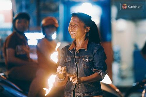 Người mẹ ngậm dầu phun lửa mỗi đêm ở phố Tây Bùi Viện để kiếm tiền nuôi 2 con ăn học - Ảnh 4