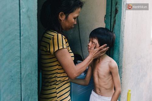 Người mẹ ngậm dầu phun lửa mỗi đêm ở phố Tây Bùi Viện để kiếm tiền nuôi 2 con ăn học - Ảnh 5