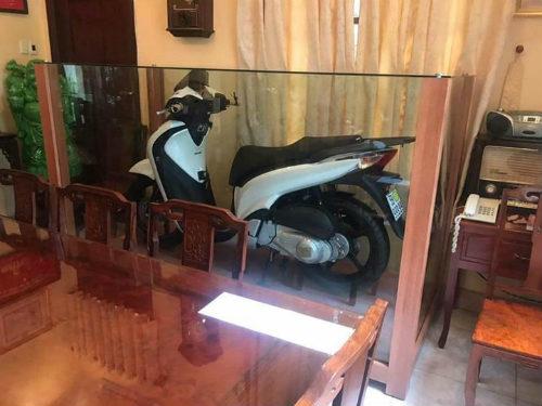 Sự thật phía sau hình ảnh chiếc xe SH biển số cực đẹp được đại gia Việt trưng bày trong tủ kính - Ảnh 1