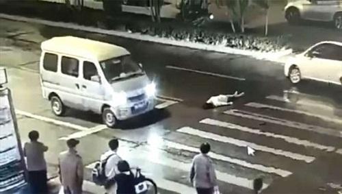 Người phụ nữ bị xe đâm không có ai cứu giúp, 1 phút sau đó cảnh tượng sợ hãi xảy ra - Ảnh 1