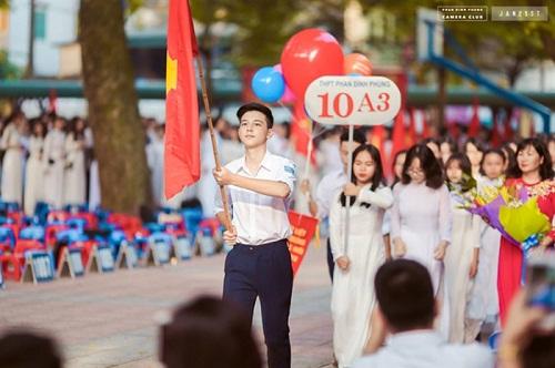 """Dân mạng náo loạn khi """"Phan Hải"""" Việt Anh thừa nhận """"hot boy cầm cờ"""" trong lễ khai giảng là cháu mình - Ảnh 2"""