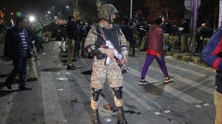 Đánh bom liều chết ở Pakistan, 322 người thương vong - Ảnh 1
