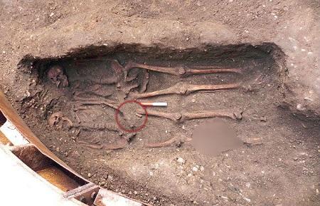 Kỳ lạ 2 xác chết nắm chặt tay nhau suốt 600 năm - Ảnh 1