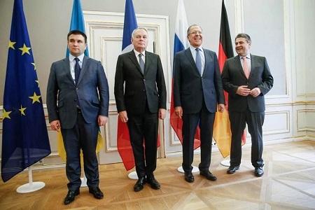 Bộ trưởng Ngoại giao Ukraine gây chú ý vì mặc vest quá chật - Ảnh 1