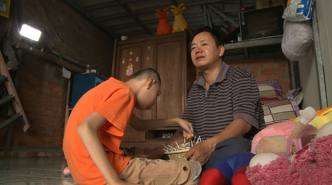 Khóc rưng rưng khi xem cha đơn thân bán kẹo nuôi 2 con teo não kể chuyện đời - Ảnh 1